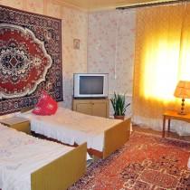 Гостевой дом в Усть-Баргузине - 3-х местная комната. В комнате находятся: 3 кровати, натуральные ковры, тумбочка, телевизор, торшер, 2 шкафа для одежды, стелаж с книгами