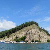 Байкал - Чивыркуйский залив. Вид на полуостров Святой Нос. На вершине находится смотровая беседка с лестницей от подножья горы. Выход на катере в сторону бухты Змеиная, к сероводородным источникам.
