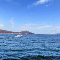 Байкал - Чивыркуйский залив. Полуостров Святой Нос. Катер идущий в сторону мыса Курбулик